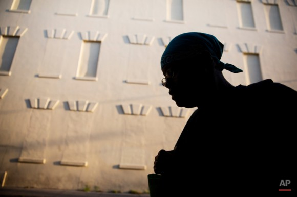 Una mujer camina hacia el trabajo a unas cuadras de la Iglesia Emanuel. Foto: David Goldman/ AP