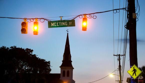 El sol empieza a salir detrás del campanario de la Iglesia Emanuel. Foto: David Goldman/ AP