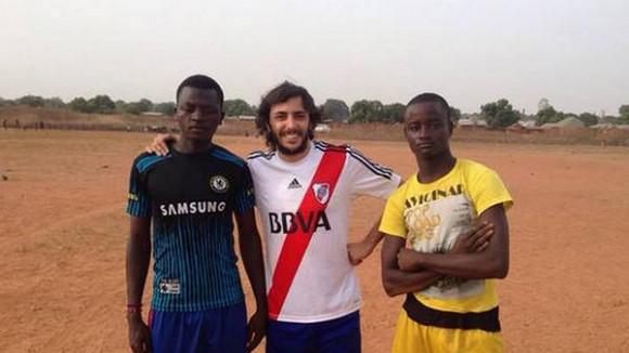 Santiago es futbolero e hincha de River.