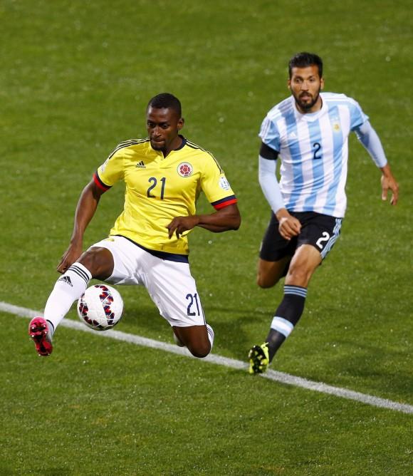 El delantero colombiano Jackson MartÌnez (i) controla el balÛn ante el defensa argentino Ezequiel Garay durante el partido Argentina-Colombia, de cuartos de final de la Copa AmÈrica de Chile 2015