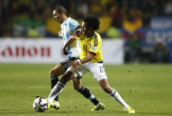 El centrocampista argentino ¡ngel Di MarÌa (i) lucha un balÛn con el centrocampista colombiano Juan Guillermo Cuadrado