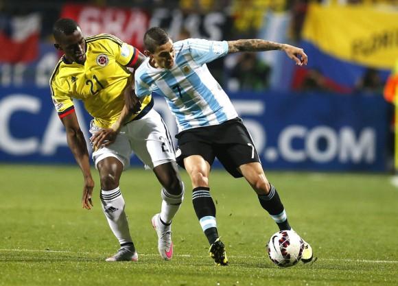 El centrocampista argentino ¡ngel Di MarÌa con el balÛn ante el delantero colombiano Jackson MartÌnez (i) durante el partido Argentina-Colombia, de cuartos de final de la Copa AmÈrica de Chile 2015