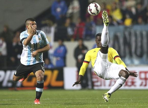 El defensa colombiano Cristian Zapata (d) lucha por el balÛn con delantero argentino Sergio Ag¸ero durante el partido Argentina-Colombia, de cuartos de final de la Copa AmÈrica de Chile 2015