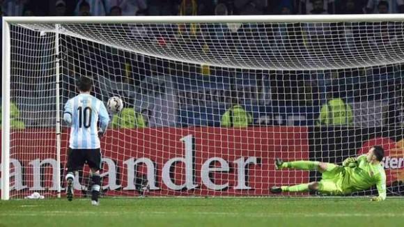 Messi convierte el primero de la serie que definió el partido ante Colombia. Foto: AFP.