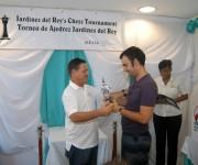Domínguez recibe uno de los trofeos obtenidos en las ediciones previas.