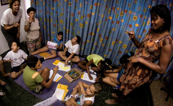 Proyecto de rehabilitación de niños discapacitados con múltiples enfermedades, como el síndrome de Down, autismo, trastornos motores, sordos y mudos. Foto: Adalberto Roque/ AFP.