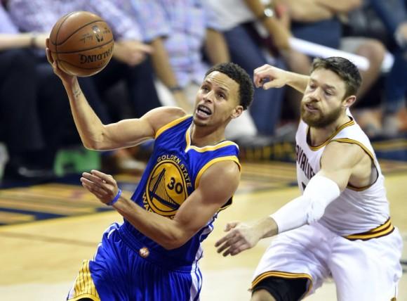Dellavedova no llega a tiempo de frenar a Curry. Foto: David Richard / USA Today Sports