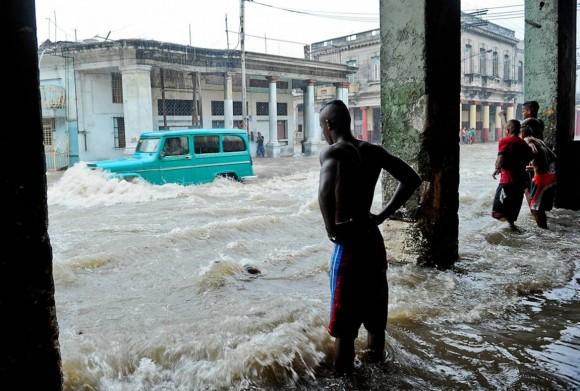 El gran aguacero del 29 de abril en la esquina de Tamarindo, La Habana. Foto: Yoherpo / Cubadebate