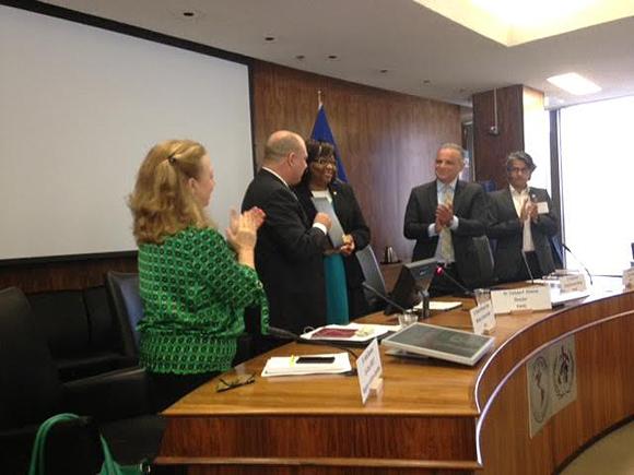 Entrega el certificado la Dra. Carissa Etienne al Ministro de Salud Pública Roberto Morales Ojeda.