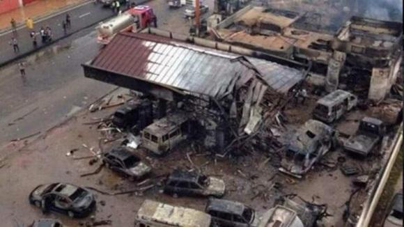Una gasolinera explotó mientras más de 100 personas se resguardaban de la lluvia en sus instalaciones.