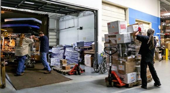 Empleados de Global Links cargan su envío número 124 de suministros médicos a Cuba en un camión. Foto: Pittsburgh Post-Gazette