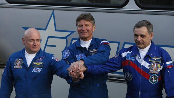 Padalka, al centro, junto al estadounidense Scott Kelly (izquierda) y su compatriota Mijail Kornienko (derecha) el 27 de marzo de 2015, en la Estación Espacial Internacional. Foto: Tomada de http://www.minuto30.com/