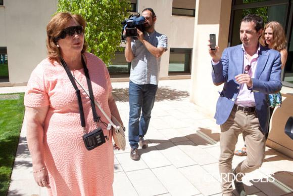 Josefa Jiménez andando por las instalaciones del Hospital La Arruzafa. Foto: Tomada de