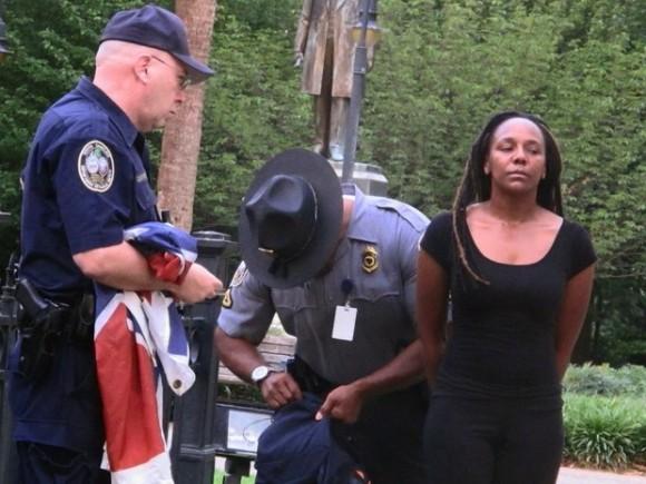 Mujer quita bandera confederada y la arrestan en Carolina del Sur