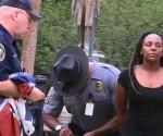 La policía de Carolina del Sur detuvo a una mujer que quitó de un asta una bandera confederada. Foto: Ap