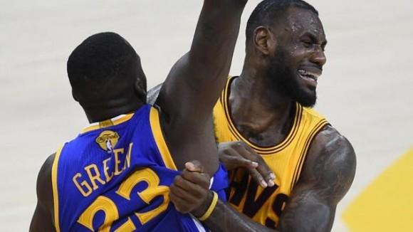 Draymond Green, de los Golden State Warriors, intenta bloquear a LeBron James, de los Cleveland Cavaliers, durante el tercer juego de la serie final de la NBA el 9 de junio de 2015 en el Quicken Loans Arena de Cleveland, Ohio. Foto: AFP