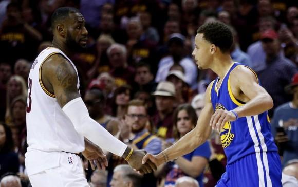LeBron felicita a Curry. Foto. Ezra Shaw / AFP