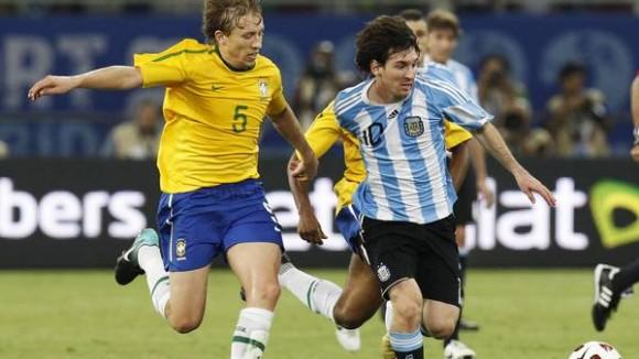 Lionel Messi se escapa del mediocentro brasileño Lucas Leiva en aquel partido que definiría el rosarino en el 2010. Foto: Reuters