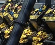 Todavía se buscan las causas del choque de dos vagones en una montaña rusa del parque Alton Towers, de Inglaterra.
