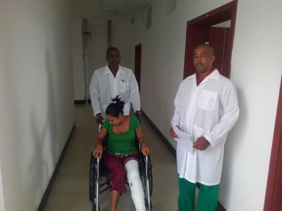 Los cirujanos José Angel Zayas Power y Arnol Carbonell Valcarcel junto a Sajita Maji.