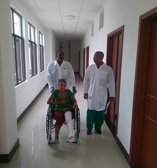 Los cirujanos José Angel Zayas Power y Arnol Carbonell Valcarcel, junto a la paciente.