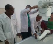 Los cirujanos José Angel Zayas Power y Arnol Carbonell Valcarcel, junto a la paciente y al MGI Carlos Luis Pérez.