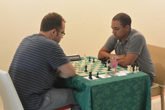 Pavel eljanov, izquierda, y el monarca vigente cubano, Isán Ortiz. Foto: Katheryn Felipe