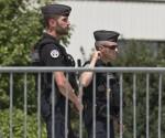 Policías franceses custodian la empresa donde un hombre decapitó a su jefe en Lyon. Foto: Ap