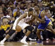 Tristan Thompson trata de superar a Barnes.Foto: Tony Dejak / AP