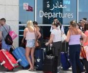 Un grupo de turistas británicos se dirigen con sus maletas a la zona de salidas del aeropuerto más próximo a Susa. Foto: EFE
