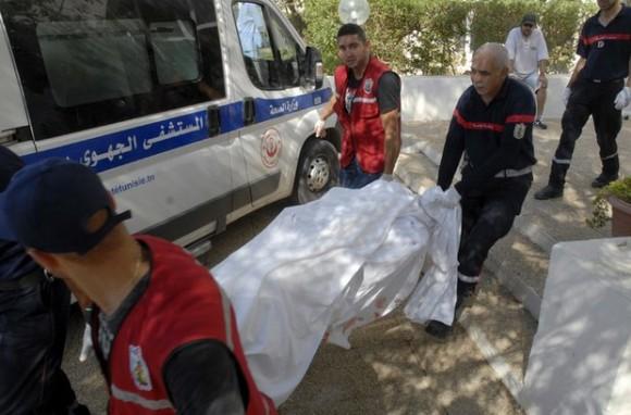 Rescatistas trasladan el cuerpo inerte de uno de los turistas muertos en un atentado en un hotel tunecino. Foto: Reuters