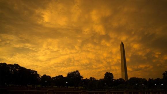 Atardecer en Washington luego de una tormenta de verano. El clima severo que afectó a la región central se trasladó a la Costa Este, donde hubo alertas de tornados en algunos estados y temporales que hicieron suspender el servicio de trenes. Foto: AP