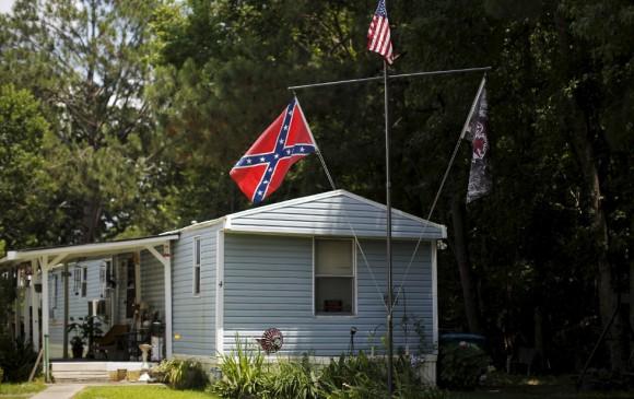 Una bandera confederada cuelga el lunes en el jardín de una casa en Summerville, Carolina del Sur, horas después de que la gobernadora de ese Estado pidiera la retirada de la bandera frente al Congreso estatal. La petición histórica ocurrió tan sólo cinco días después de que un joven blanco racista matara a nueve negros en una iglesia en Charleston.
