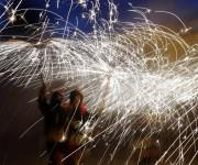 """En Barcelona, la fiesta """"Correfoc"""" (corre fuego, en catalán) se celebra en la noche de San Juan, que coincide con el solsticio de verano. Los festejos tienen lugar durante la noche más corta del año y se celebra en casi todas las ciudades y pueblos de España. Foto: AP"""