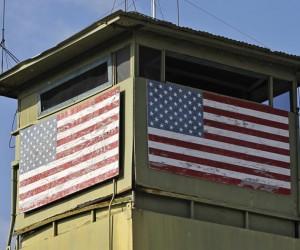 Una torre de guardia de Infantería de Marina da a la puerta que conduce al noreste territorio Cuba en Bahía de Guantánamo Base Naval de Estados Unidos 8 de marzo de 2013. Foto: Bob Strong/ Reuters.