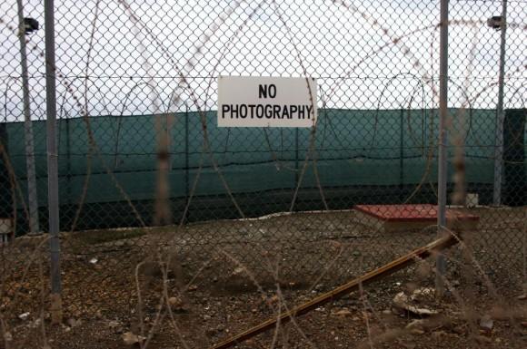 valla que rodea el Campo Delta en la Base Naval de Guantánamo, 06 de marzo 2013. Foto: Bob Strong/ Reuters.