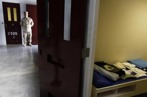 Un guardia de Guantánamo se encuentra dentro de una puerta de entrada al centro de detención del Campo 6. Foto: Brennan Linsley/ Reuters.