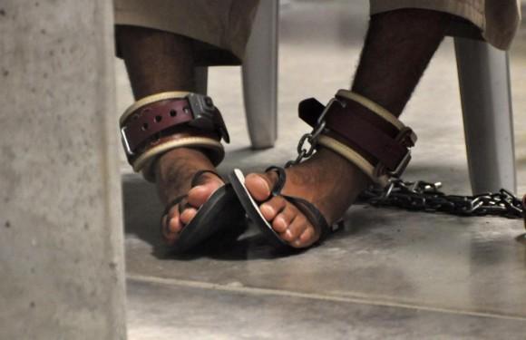 """Pies de un detenido de Guantánamo están encadenados al suelo mientras se asiste a una clase de """"Habilidades para la Vida"""" en el interior del centro de detención de alta seguridad Campo 6 de Guantánamo EE.UU. Base Naval 27 de abril 2010. Foto: Michelle Shephard/ Reuters."""
