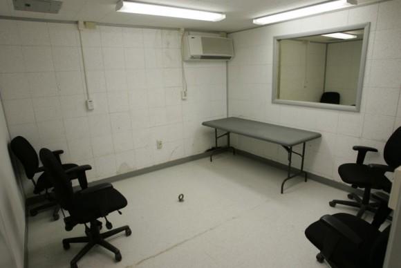 Uma sala de interrogatório é mostrado onde os detidos são entrevistados em Camp Delta, em os EUA  Base Naval de Guantánamo, Cuba 28 de julho de 2004. No chão, no centro da sala é um parafuso de olho onde os detentos podem ser encadeados, se necessário.  Foto: Joe Skipper / Reuters.