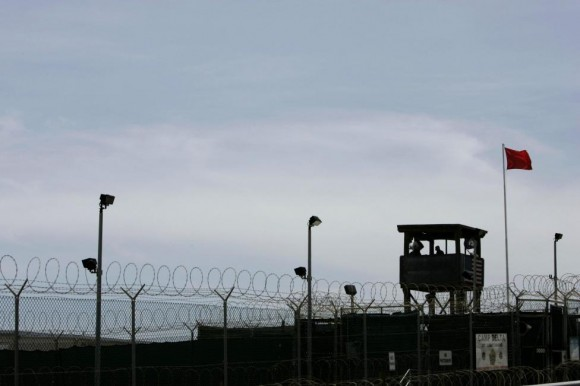 Una torre de guardia del Campo Delta se ve en la Estación Naval de la Bahía de Guantánamo, en la Bahía de Guantánamo, Cuba 04 de septiembre 2007. Foto: Joe Skipper/ Reuters.