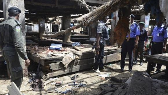 Agentes de policía inspeccionan el lugar de un ataque suicida con bomba en un mercado en Maiduguri, Nigeria llevado a cabo la semana pasada. Foto: Ap