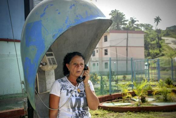 Telefonía pública en Calabazas de Sagua, comunidad montañosa del Plan Turquino enclavada en el municipio de Sagua de Tánamo, provincia de Holguín. Cuba, el 12 de junio de 2015. AIN FOTO/Juan Pablo CARRERAS