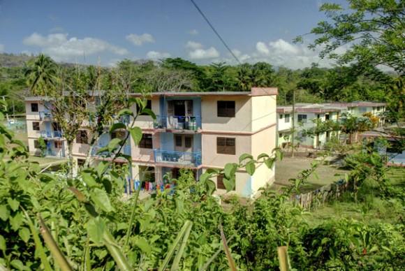 Edificios multifamilares en Calabazas de Sagua, comunidad montañosa del Plan Turquino enclavada en el municipio de Sagua de Tánamo, provincia de Holguín. Cuba, el 12 de junio de 2015. AIN FOTO/Juan Pablo CARRERAS