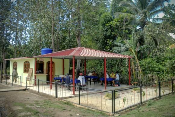 Restaurante en Calabazas de Sagua, comunidad montañosa del Plan Turquino enclavada en el municipio de Sagua de Tánamo, provincia de Holguín. Cuba, el 12 de junio de 2015. AIN FOTO/Juan Pablo CARRERAS