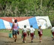 Pioneros de regreso a casa en Calabazas de Sagua, comunidad montañosa del Plan Turquino enclavada en el municipio de Sagua de Tánamo, provincia de Holguín. Cuba, el 12 de junio de 2015. AIN FOTO/Juan Pablo CARRERAS