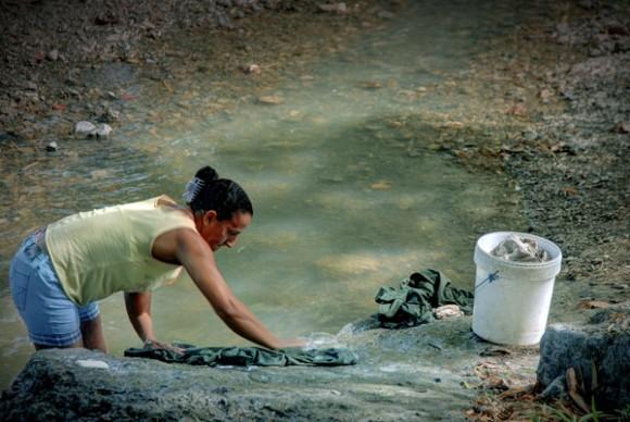 Mujer lavando en el río de Calabazas de Sagua, comunidad montañosa del Plan Turquino enclavada en el municipio de Sagua de Tánamo, provincia de Holguín. Cuba, el 12 de junio de 2015. AIN FOTO/Juan Pablo CARRERAS