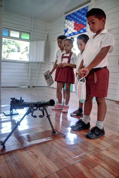 Pioneros visitan el Museo de Historia de Calabazas de Sagua, comunidad montañosa del Plan Turquino enclavada en el municipio de Sagua de Tánamo, provincia de Holguín. Cuba, el 12 de junio de 2015. AIN FOTO/Juan Pablo CARRERAS