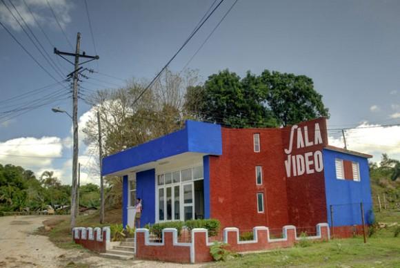 Sala de vídeo en Calabazas de Sagua, comunidad montañosa del Plan Turquino enclavada en el municipio de Sagua de Tánamo, provincia de Holguín. Cuba, el 12 de junio de 2015. AIN FOTO/Juan Pablo CARRERAS