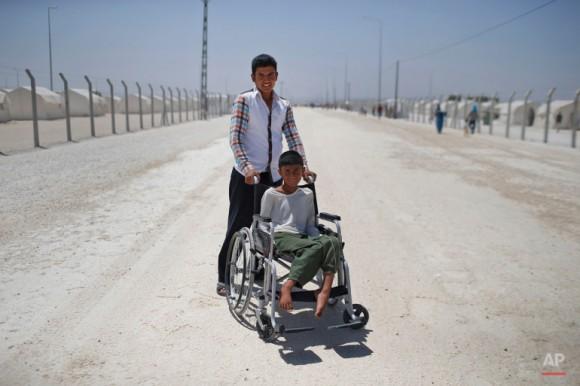Refugiados sirios posan para una foto en el campo de Suruc. Foto: Emrah Gurel/ AP