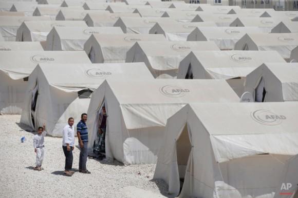 Refugiados sirios vagan en torno a un campo de refugiados en Suruc, en la frontera entre Turquía y Siria. Foto: Emrah Gurel/ AP